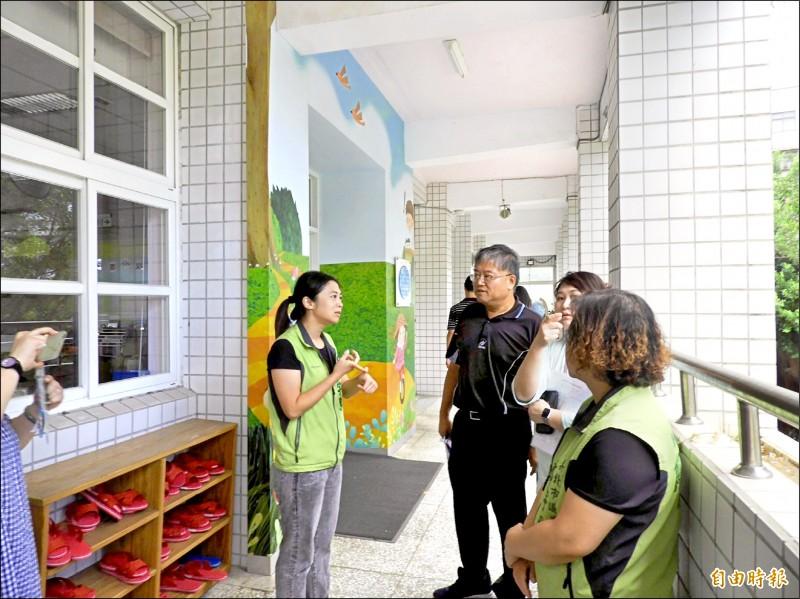 市議員鄭宇恩(左一綠衣者)認為,透過現有校舍活化為幼兒園增班,不僅可省下新建校舍費用,也能提高孩子就讀公幼的機會。(記者周湘芸攝)