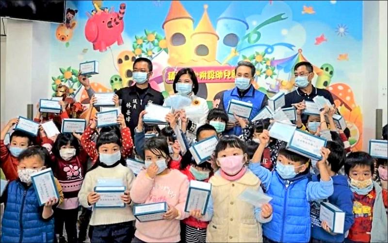 疫情之初雲林縣政府即發送縣內國中、小學生等每人一盒口。(資料照)