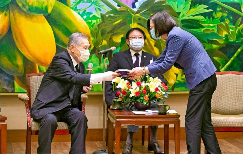 蔡總統日前登上日本漫畫雜誌封面,日本前首相森喜朗昨晉見蔡總統時,特別準備這本漫畫送給蔡總統。(中央社)