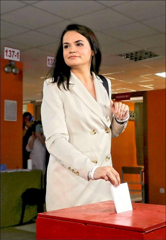 白俄羅斯反對派總統候選人季哈諾夫斯卡婭,九日在首都明斯克投票。(路透)