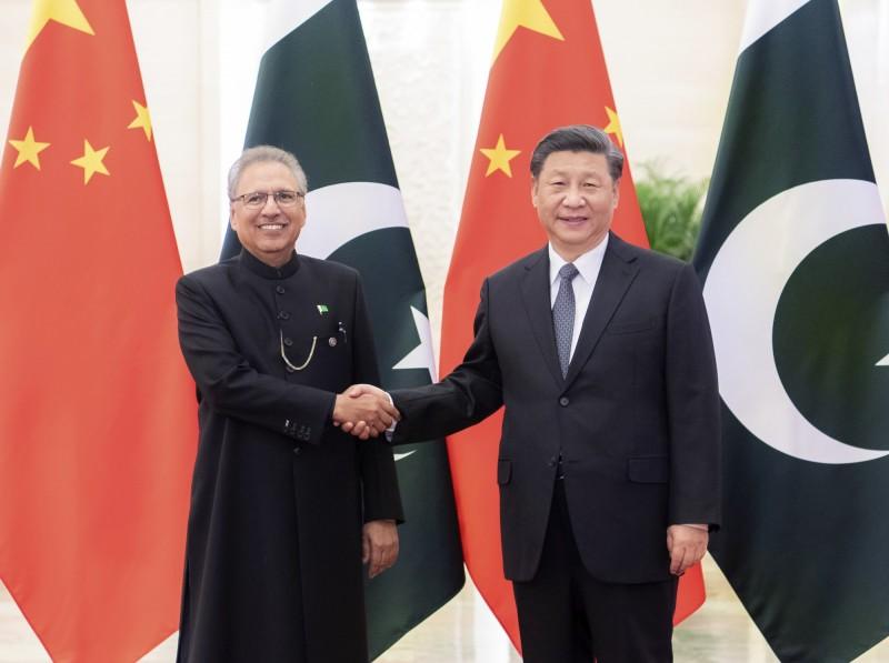 巴基斯坦總統艾維(Arif Alvi,左)今年3月訪問中國,為中國遭外界指責隱瞞武漢肺炎疫情辯護,中國國家主席習近平則聲稱,將繼續為巴國治理蝗災提供支持。(美聯社檔案照)