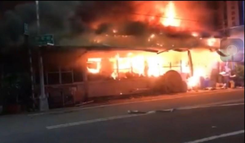 斗南大同路、同安街路口鐵皮屋凌晨發生大火,火勢猛烈,波及緊鄰3棟透天厝,其中一棟一家7口嗆傷送醫,11歲男童不治。(民眾提供)