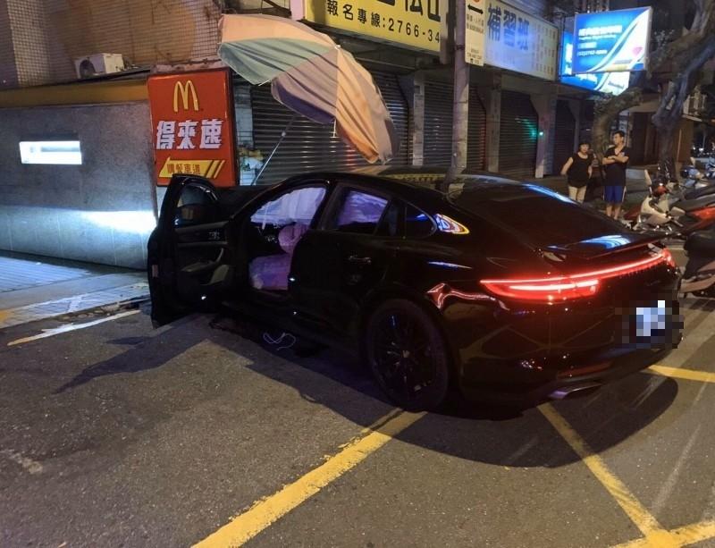 李男酒駕保時捷衝撞「得來速」車道圍牆,車頭全毀。(記者姚岳宏翻攝)