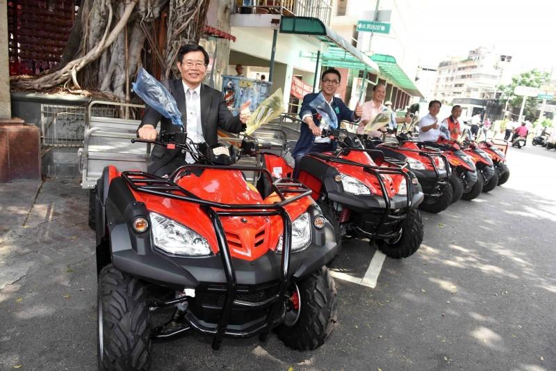 雙慈殿再贈市府6台多功能搬運車,代市長楊明州(左)感謝支持消防救災。(記者陳文嬋翻攝)
