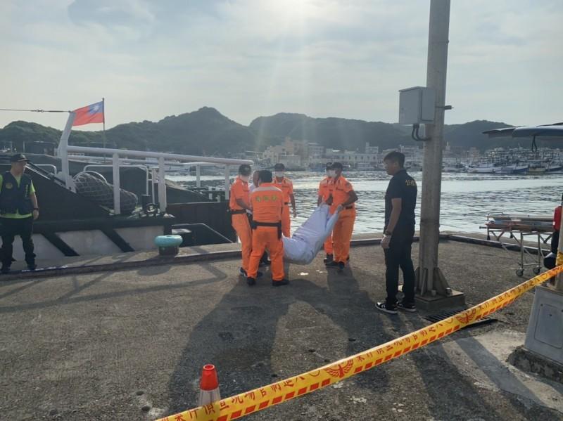 搜救人員將遺體搬運上岸後,送往基隆殯儀館請家屬確認身分。(記者吳昇儒翻攝)