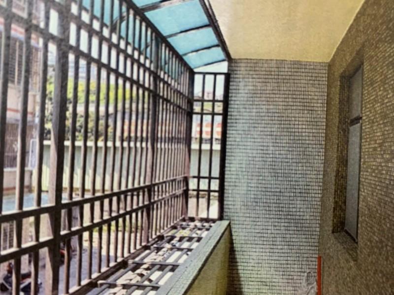 張婦自行花費28萬元改造鐵窗、大門、浴室、陽台及牆面等處。(記者鄭淑婷翻攝)