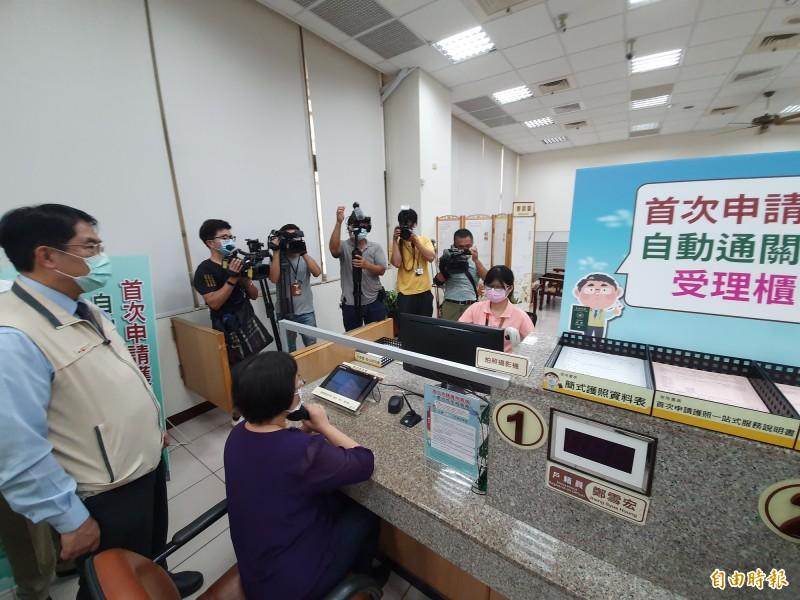 中央開辦首次親辦護照戶政所代收代領服務,台南市長黃偉哲今主持啟動並視察辦理情形。(記者王涵平攝)