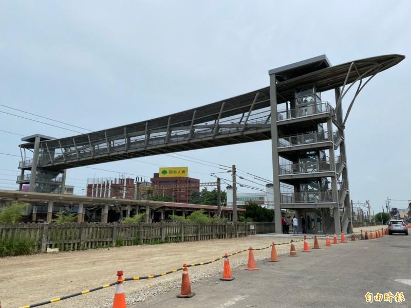 大甲火車站站後停車場將配合跨站天橋於8月底完工啟用。(記者歐素美攝)