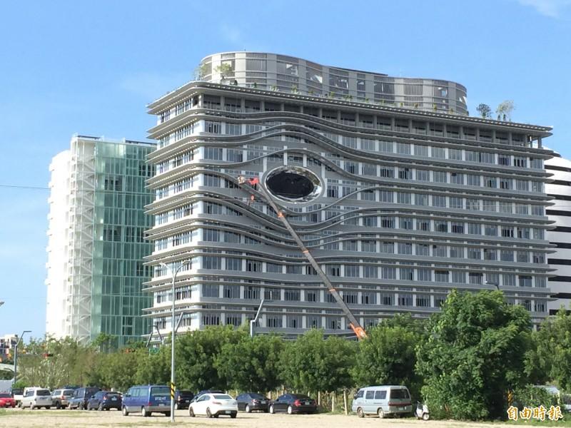 你在看我嗎?中醫大新教學研究大樓建築外觀「睜一隻眼」超吸睛,設計用意引熱議。(記者蘇孟娟攝)