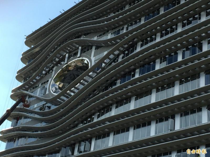 你在看我嗎?中國醫大新教學研究大樓建築外觀「睜一隻眼」設計超吸睛。(記者蘇孟娟攝)