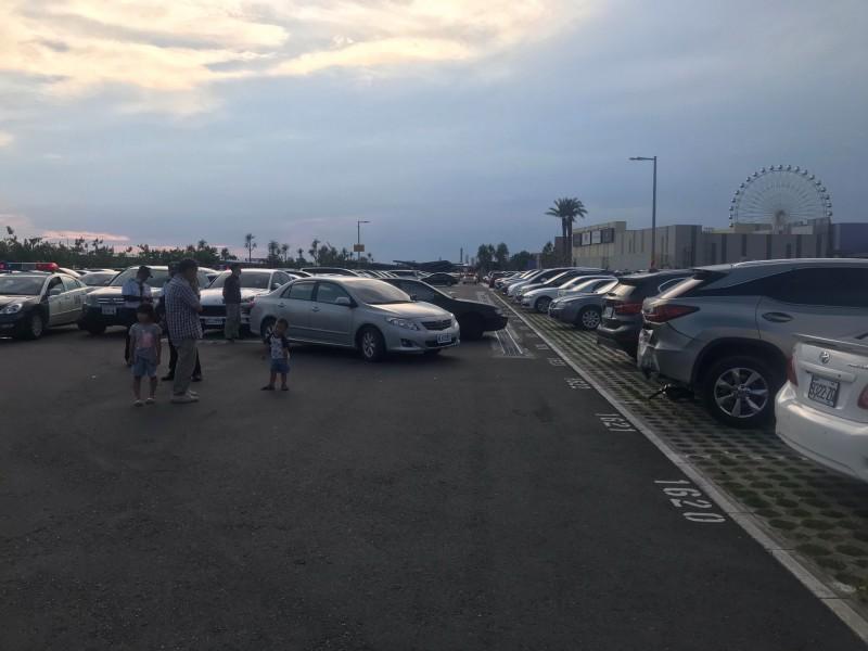 陸婦駕駛的銀色小客車倒車時誤踩油門,致暴衝撞到黑色小客車。(記者歐素美翻攝)