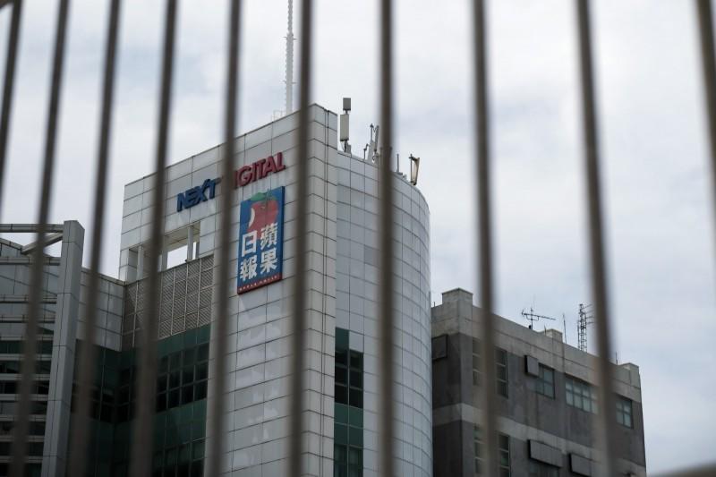 香港壹傳媒集團總部10日一早被警方強行進入搜查。(彭博)