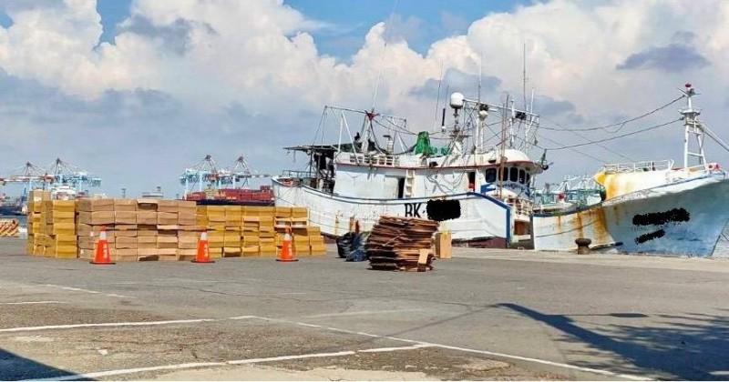 海巡署會同警察等多個單位,在高雄小港漁港查獲勇財發號漁船涉嫌走私市值一千萬元的未稅菸品。(記者王俊忠翻攝)