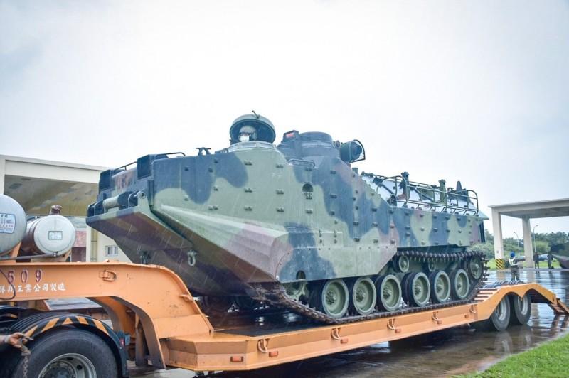 海軍陸戰隊調派AAV7兩棲突擊車,協助防災。(記者洪定宏翻攝)