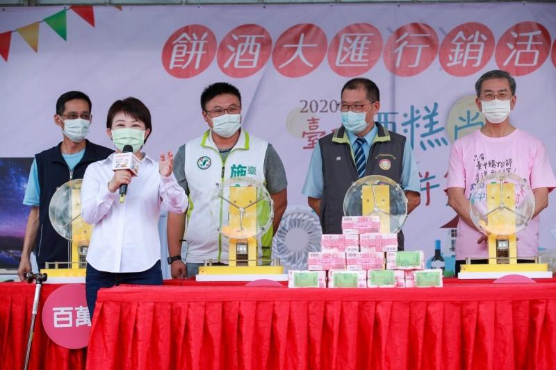 台中市長盧秀燕(左)日前抽出台中購物節百萬現金得主。(經發局提供)