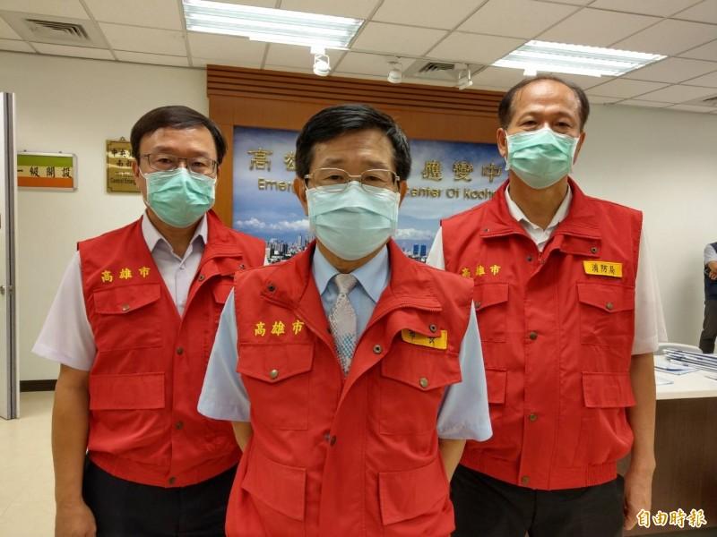 高雄市代理市長楊明州(中)今下午宣布,明天起市府全體員工,在辦公場域內,包括第一線櫃檯人員及辦公廳舍內無法維持社交距離時,一律配戴口罩,洽公民眾(含廠商)需佩戴口罩才能入內。(記者方志賢攝)