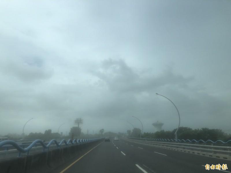受米克拉颱風影響,高屏大橋出現風吹沙,天空變成灰濛濛的一片(記者葉永騫攝)