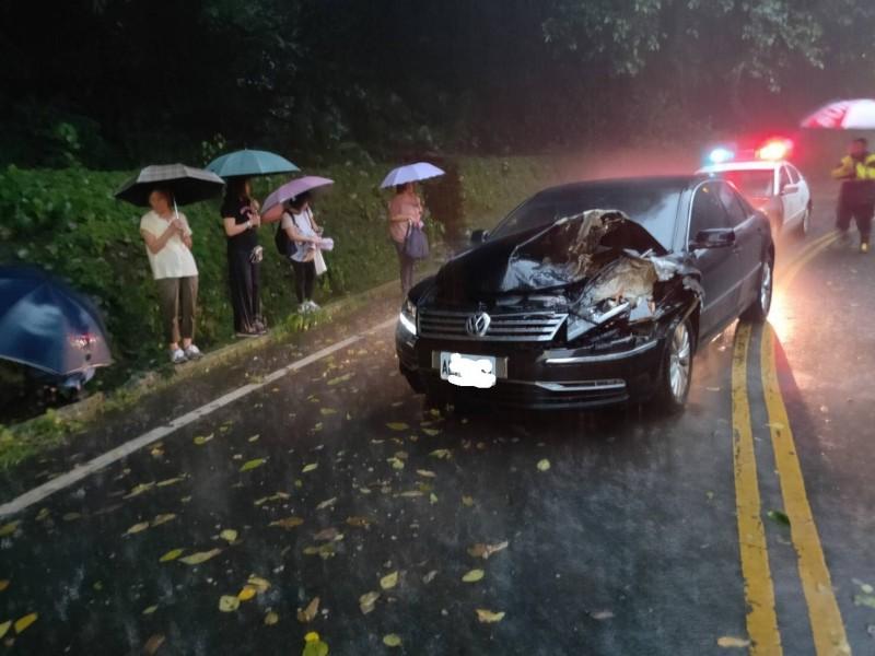 桃園市大溪區環湖路傍晚有自小客遭落石擊中,造成後座乘客受傷。(記者李容萍翻攝)
