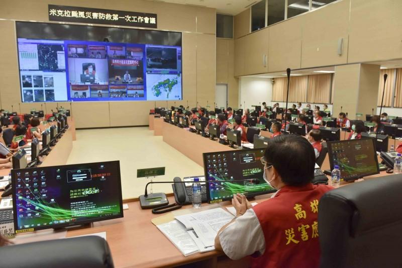 高市代理市長楊明州今晚主持災害應變中心一級開設第一次工作會議,會中與各區公所對話,確認各項防災應變作為。(記者王榮祥翻攝)