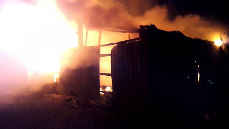 鐵皮倉庫一度被大火吞噬。(記者林國賢翻攝)
