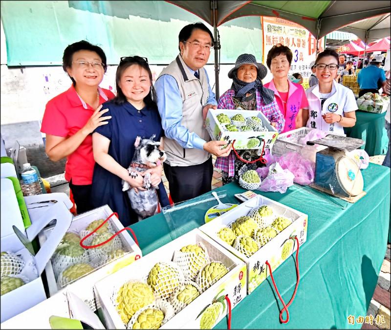 今年的釋迦收成品質好,價格也穩定,市長黃偉哲歡迎大家一起來「報復性採買」。(記者吳俊鋒攝)