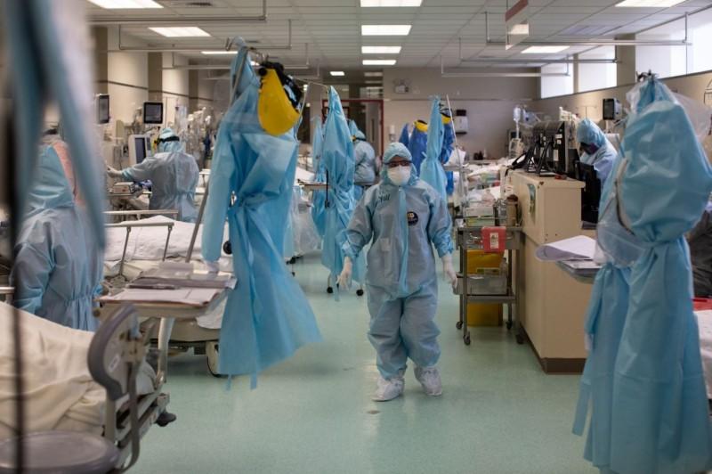 武漢肺炎(新型冠狀病毒病,COVID-19)疫情延燒全球,有統計指出,目前全球累計確診已超過2千萬例,引發PTT網友熱議。(彭博)
