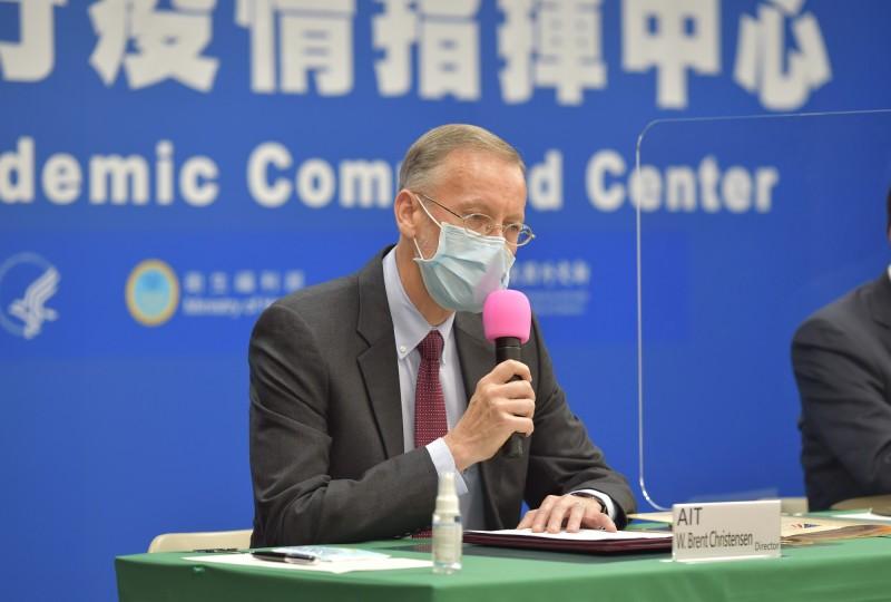 美國在台協會(AIT)處長酈英傑代表簽署「醫衛合作瞭解備忘錄」,酈英傑在致詞時,更以中文提到台美關係是「真朋友、真進展」。(衛福部提供)