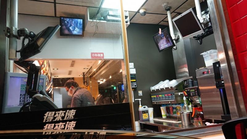一名網友發文,說自己在半夜因為肚子餓,前往購買麥當勞,抬頭卻發現照個櫃檯的監視畫面中有十多人,但此時卻只有他一人在櫃檯,讓他相當害怕。(圖片擷取自PTT)