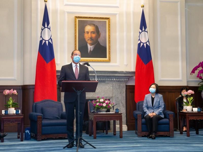 總統蔡英文(右)10日接見美國衛生部長阿札爾(AlexAzar)(左)。(中央社)