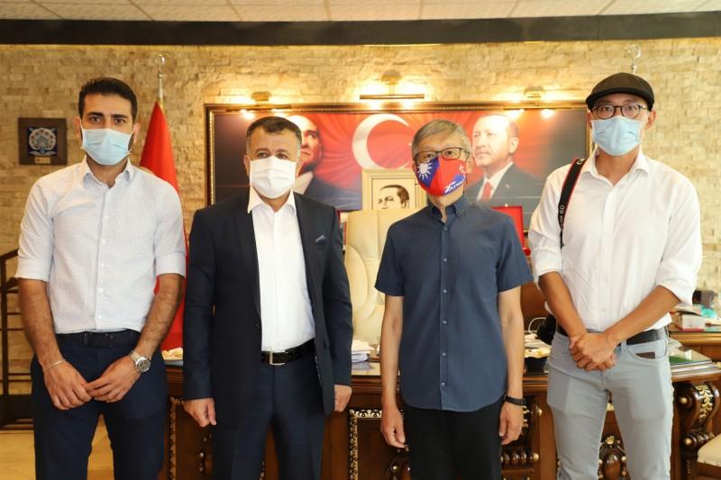 駐土耳其代表鄭泰祥(右2)10日拜會雷伊漢勒巿長哈吉歐魯(左2)。哈吉歐魯任命來自台灣的學者裘振宇(右1)、敘利亞難民瓦力(左1)營運將完工的「台灣-雷伊漢勒世界公民中心」。(中央社)