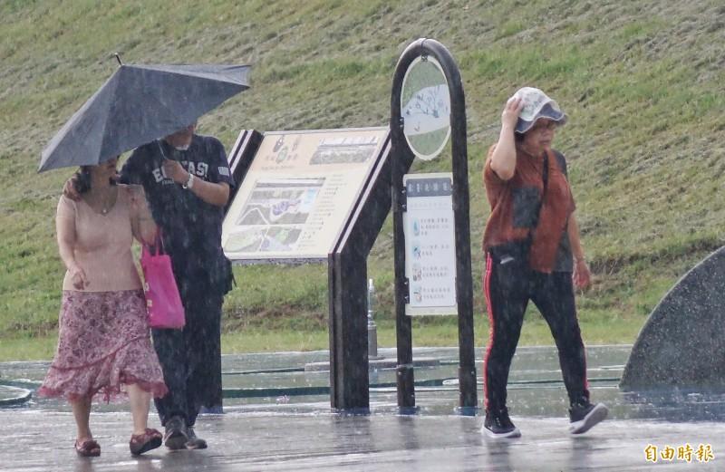氣象局10日上午10點半針對「六號颱風」發布海上、陸上颱風警報,新竹縣府宣佈明(11)日正常上班上課。(記者劉信德攝)