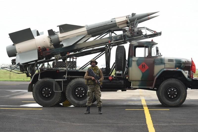 烏克蘭空軍日前宣布,重新啟用退役的S-125(北約稱SA-3)中程防空飛彈,部署在東部戰線,以應付俄羅斯威脅。圖為印度的S-125。(法新社)