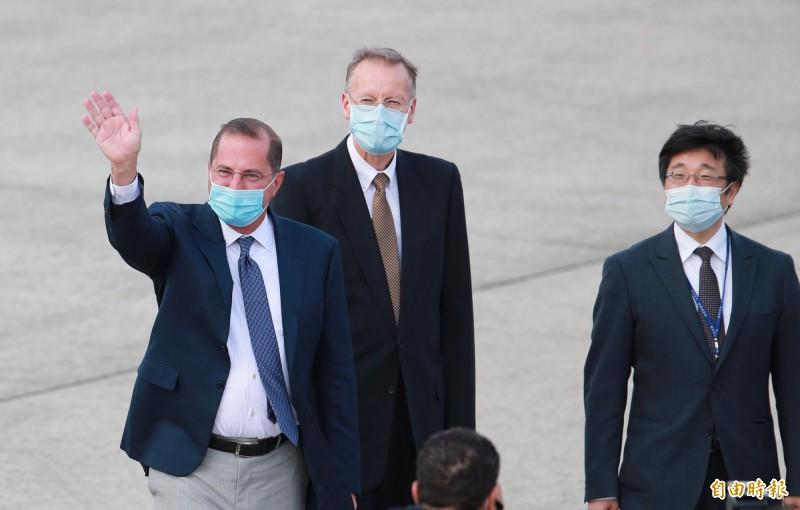 美國衛生部長阿札爾(左)9日搭乘美國空軍行政專機飛抵松山機場,AIT處長酈英傑(中)、疾管署長周志浩(右)等人在停機坪接機。 (資料照)