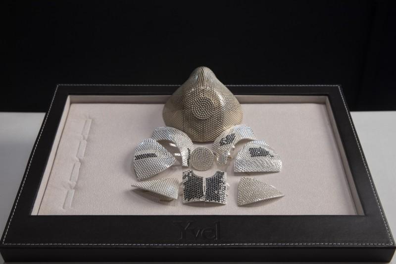 武漢肺炎疫情大流行之際,以色列1家珠寶公司趁勢推出全世界最昂貴的口罩,標價高達150萬美元。(美聯社)