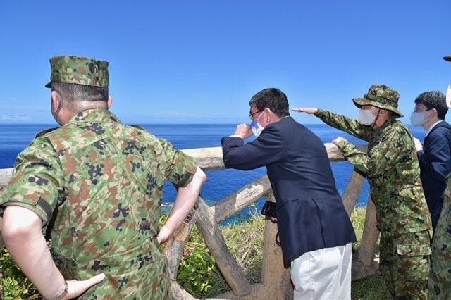 日本防衛大臣河野太郎8、9日前往與那國島、宮古島,視察駐防當地的自衛隊,了解監控中國軍隊的情況。(照片取自日本防衛省推特)