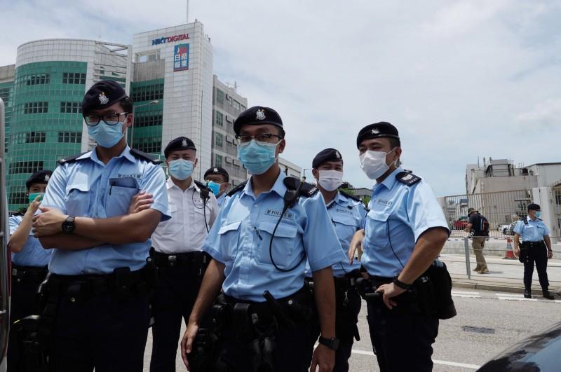 香港警方今早動員200多人搜查蘋果日報總部。香港記者協會主席楊健興痛批,這種事只有在第三世界才會發生,形容這是白色恐怖,嚴重摧毀香港新聞自由。(美聯社)