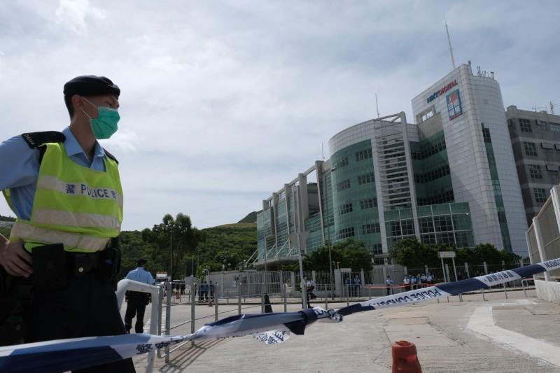 今日上午10時約有200名警察進入香港壹傳媒大樓搜索。(彭博社)