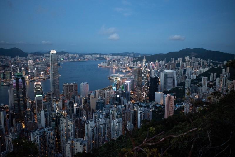 鍾劍華認為,聘用中資化驗所引起DNA 送中疑慮,令香港防疫措施形成「中港矛盾」。(歐新社)