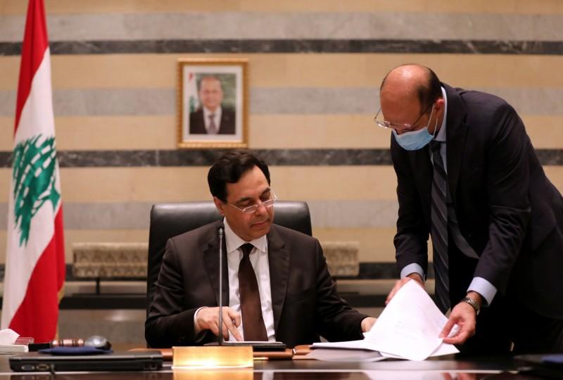 黎巴嫩衛生部長哈桑(右)透露,隨著部長越辭越多,總理迪亞布(左)有意提出內閣總辭,重新改組政府(路透)