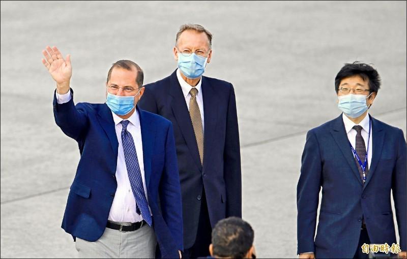 美國衛生部長阿札爾(左)9日搭乘美國空軍行政專機飛抵松山機場。(記者劉信德攝)