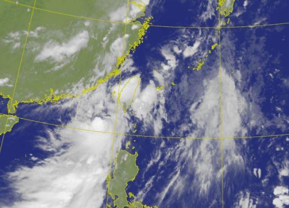 氣象局今稍早針對輕颱「米克拉」發布海、陸颱風警報,預估今晚暴風圈將觸及台灣西南部岸際,台灣西部將受外圍環流影響挾帶強風豪雨,且有增強趨勢。(圖擷取自中央氣象局)