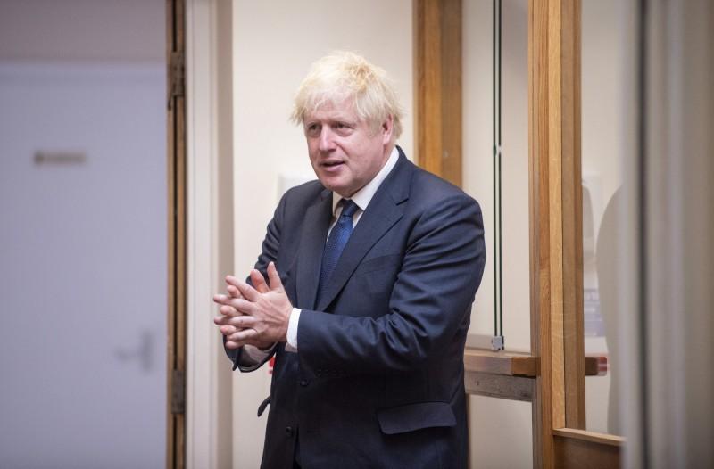 英國首相強森(見圖)重申9月全面開學是必須的。(美聯社)
