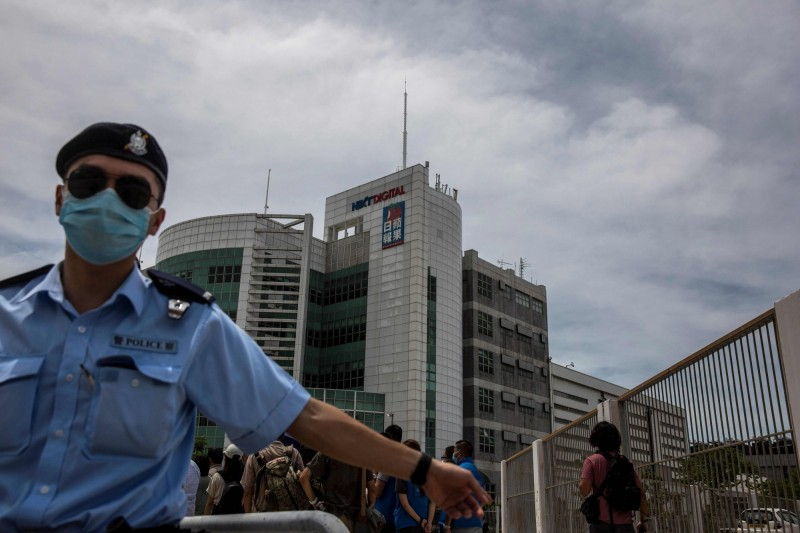 今日上午10時約有200名警察進入香港壹傳媒大樓搜索。(法新社)