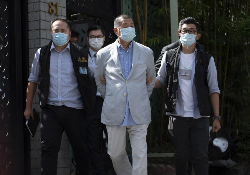 「壹傳媒」創辦人黎智英(中)及其次子黎耀恩等7人,今早遭港警以違反「港版國安法」為罪名逮捕。(歐新社)