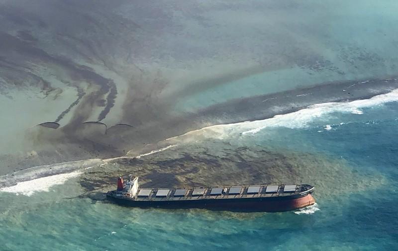 日本大型貨輪於模里西斯觸礁,本月6日確認大量燃油外洩,造成嚴重污染。(法新社)