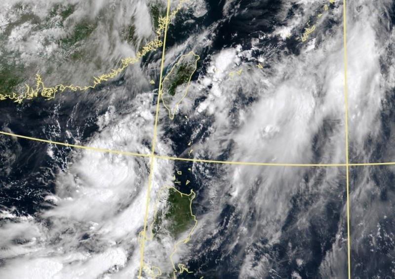 南海的熱低持續發展,最快今成颱「米克拉」由於該系統距離台灣相當接近,氣象局已發布熱帶性低氣壓特報。(圖擷自中央氣象局)