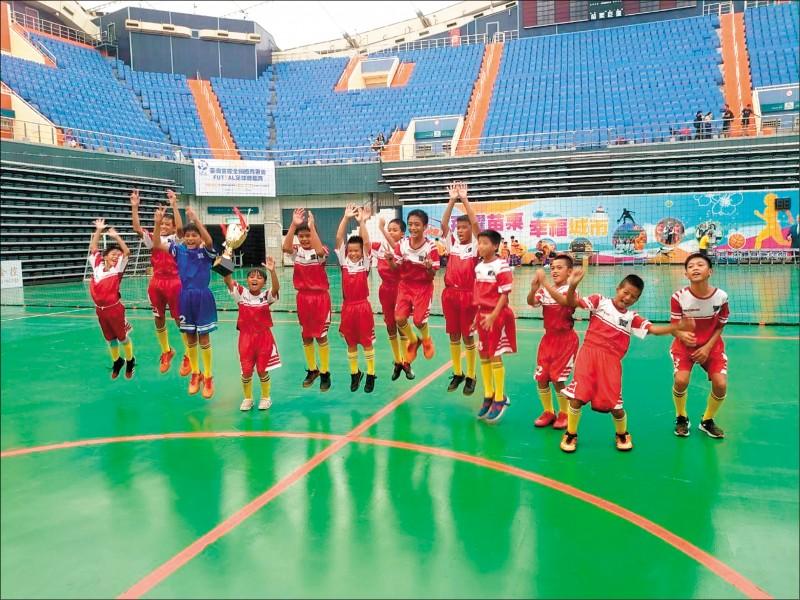 台東縣豐里國小男足獲2020台灣金控全國體育署盃FUTSAL5人制足球錦標賽冠軍。 (記者黃明堂翻攝)