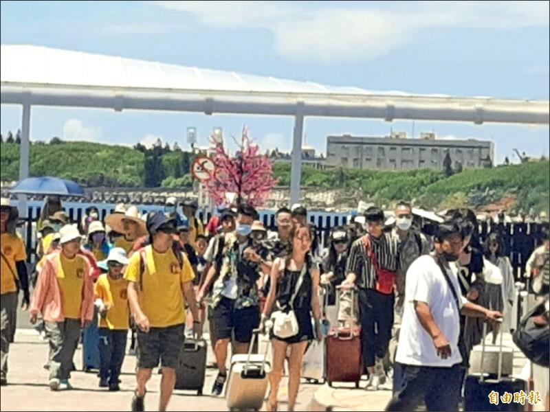未受颱風影響,昨仍有大批遊客湧入澎湖。(記者劉禹慶攝)
