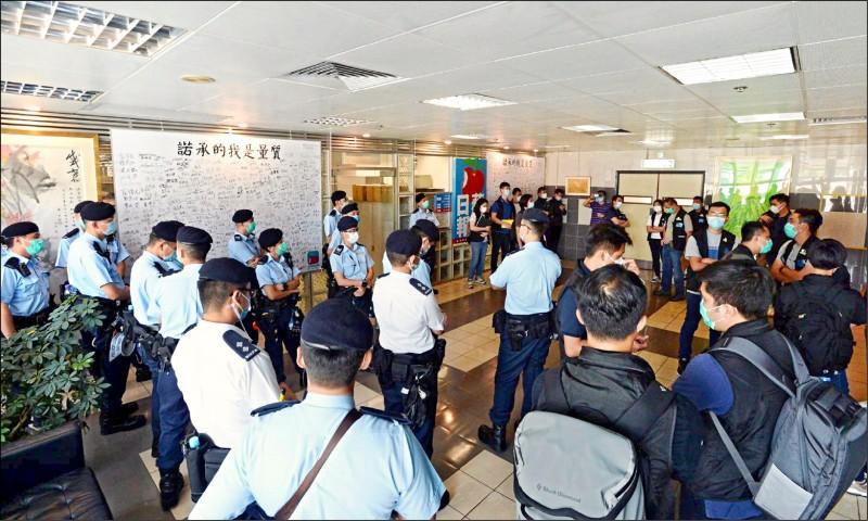 香港警方十日派兩百警力搜查壹傳媒集團香港總部。(中央社)