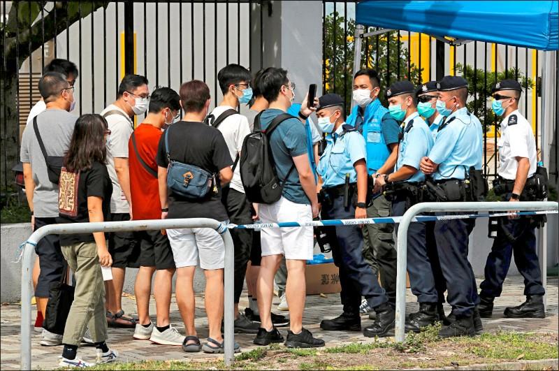 壹傳媒集團位於香港新界將軍澳工業村的總部大樓外,警方攔下正要進入大樓上班的該集團員工進行盤查。(路透)